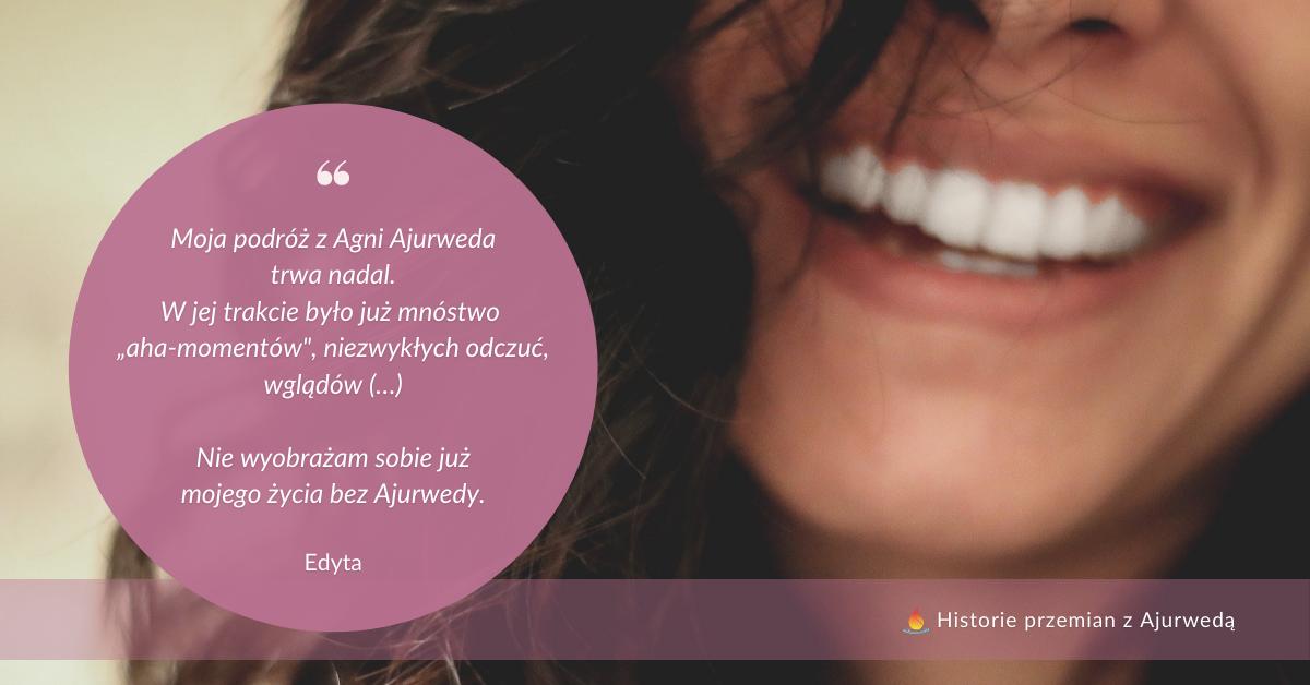 """Cytat z tekstu: """"Moja podróż z Agni Ajurweda trwa nadal. W jej trakcie było już mnóstwo """"aha-momentów"""", niezwykłych odczuć, wglądów (…) Nie wyobrażam sobie już mojego życia bez Ajurwedy."""" Obok zbliżenie na śnieżnobiały kobiecy uśmiech"""